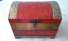 Bau com textura vermelha e dourada e latonagem envelhecida . www.elo7.com.br/esterartes