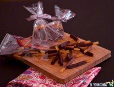 Cette année Mademoiselle Cuisine et moi vous offrons pour Noël un Calendrier de l'Avent de cadeaux gourmands. Chaque jour une nouvelle recette à préparer pour l'offrir à vos proches. 7 décembre: Oranges confites maison trempées dans du chocolat pour former de délicieuses orangettes.