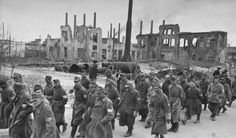 Колонна немецких пленных на улице послевоенного Сталинграда