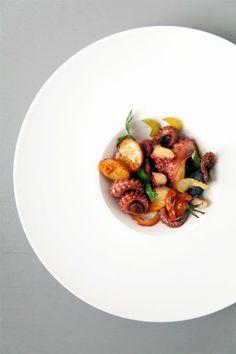 Octopus-Salat: Gebratene Tomaten. Kartoffel. Red Onion. Sellerie. Knoblauch. Meersalz-Kapriolen. Lemon. Chili Oil
