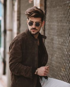 Leather jacket with gold accessorise Leather Jacket, Mens Fashion, Portrait Ideas, Sunglasses, Gold, Collection, Black, Studded Leather Jacket, Man Fashion