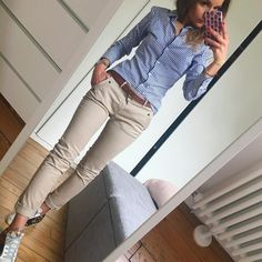 Blaues Hemd mit Nadelstreifen, kakifarbene Röhrenjeans, braune Sandalen und Gürtel Blue pinstripe shirt, khaki skinny jeans, brown sandals and belt Casual Work Outfits, Mode Outfits, Office Outfits, Work Attire, Work Casual, Fall Outfits, Summer Outfits, Fashion Outfits, Professional Outfits