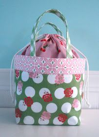 Bee In My Bonnet: Tutorial and a Giveaway!!! Fat quarter lunch bag - would make a good knitting bag