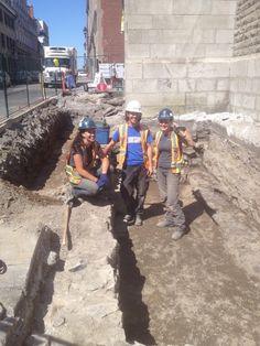L'équipe d'archéologues qui font une investigation devant la chapelle Notre-Dame-de-Bon-Secours