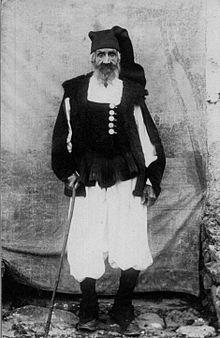 Anziano ultranovantenne di Ulassai vestito in abito tradizionale, con berritta, foto fine anni 50