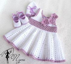 Minik prensesler için tasarlanmış örgü elbise, başlık ve patikten oluşan takım, zarif detaylarıyla öyle hoş