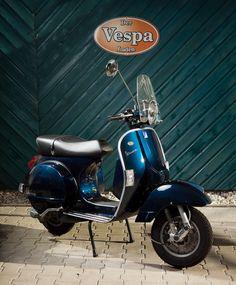 Vespa PX 125 midnight blue Vespa Gtv, Piaggio Vespa, Lambretta Scooter, Vespa Scooters, Scooter Shop, Retro Scooter, Scooter Girl, Lml Vespa, Vespa Px 200