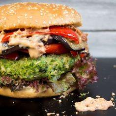 Esta hamburguesa, de monstruosa sólo tiene el nombre; está llena de alimentos verdes y saludables y ... - Vegan Heaven