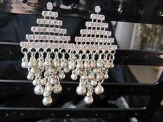 Oorbellen eveneens in zilverkleur met diverse strassteentje past zeer goed bij de eerde getoonde halsketting. Materiaal is nikkelvrij