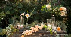Mesa rustica decorada con flores de papel y velas. http://www.papermoonandco.com/