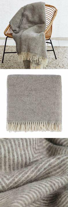 Für unsere besonders griffige Wolldecke Gotland wird in traditionell ökologischer Herstellung beste skandinavische Schurwolle in feiner Diamantbindung verwoben. Das edle Rautenmuster und die lockeren Fransen an den Enden sind zeitlos elegant.
