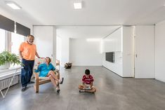 PKMN installs rotating wall unit in spanish apartment Small Apartment Layout, Small Apartments, Maria Jose, Little Big House, Architecture Journal, Moving Walls, Sliding Wall, Sliding Doors, Transforming Furniture