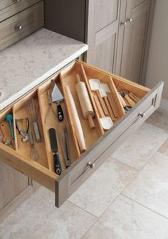 These ideas for DIY kitchen organization are brilliant! - HOME & DIY - k .These ideas for DIY kitchen organization are brilliant! - HOME & DIY - kitchen cabinetsClever Kitchen Storage Ideas. Diy Kitchen Storage, Kitchen Cabinet Organization, Home Decor Kitchen, Home Organization, Decorating Kitchen, Cabinet Ideas, Kitchen Island Storage, Kitchen Drawer Dividers, Pantry Storage