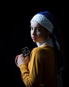 Tijdloos portret Een bijzonder portret met daarin naar wens samen te stellen details van (historische) kleding en symboliek uit de gouden eeuw. Gefotografeerd in het licht van de oude meesters. We kiezen met elkaar de … Rembrandt Portrait, 3 4 Face, Art Photography Portrait, Renaissance Portraits, Classic Paintings, Golden Age, Art Girl, Photo Art, People