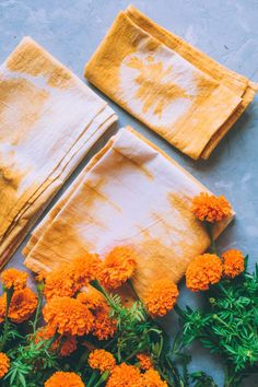 Natural Dye Fabric, Natural Dyeing, Impressions Botaniques, Marigold Flower, Nature Crafts, How To Dye Fabric, Cute Crafts, Diy Gifts, Art For Kids
