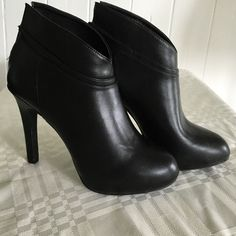 "NWOT Jessica Simpson black patent ankle booties! NWOT Jessica Simpson black patent material ankle booties! Size 6.5M. They have a 4"" heel. I purchased these hoping I'd get to use them on my vacation to New York but never got worn, I'd hate to see these go to waste. Help me find a home for them! They have a back zipper. Rounded semi-point toe. Jessica Simpson Shoes Ankle Boots & Booties"