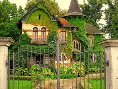 Boiserie & c.: architecture a fairy tale house building dolo Casa Halloween, Fairytale House, Storybook Homes, Old Cottage, Fantasy House, Cottage Exterior, Witch House, Forest House, Sims House