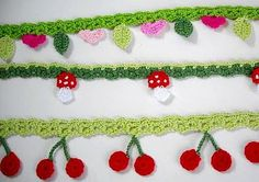 If you looking for a great border for either your crochet or knitting project, check this interesting pattern out. When you see the tutorial you will see that you will use both the knitting needle and crochet hook to work on the the wavy border. Crochet Bunting, Crochet Garland, Crochet Decoration, Crochet Borders, Crochet Trim, Love Crochet, Crochet Motif, Crochet Crafts, Crochet Yarn