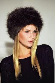 PELZKAPPES. Sombrero de piel que puede tener cualquier tamaño. Se aprecia en los trajes femeninos de las mujeres de la zona del Rin, siglo XVI.