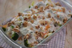 Ensalada de brócolis y frutos secos con salsa de kéfir y semillas de chía