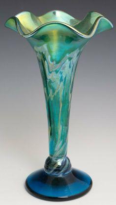 STEVEN LUNDBERG ART GLASS FLUTED VASE. FLUTED, HIGH LUSTER FINISH, ART GLASS VASE CIRCA 2003
