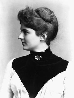"""Frances Cleveland's haircut, the """"Frankie"""", involved shaving the hairs at the nape of the neck and wearing a pouf in front"""