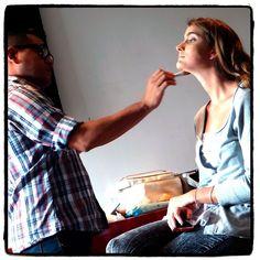 Le toca ahora a Astrid Brandt estar en las expertas manos de Julio Alvarenga. #JoyeriaDeAutor #MakingOf