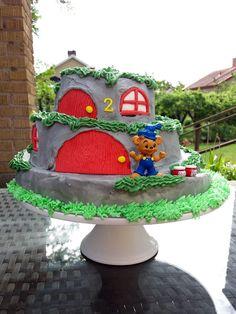 Bamsetårta - bamse cake Snow Globes, Gingerbread, Barn, Desserts, Food, Home Decor, Homemade Home Decor, Postres, Ginger Beard