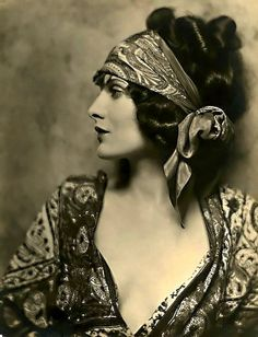 Gypsy Willow Spirit was born on a whim. My passion for fashion, & the gypsy bohemian style will be seen in my Kimono's, Boho Jewelry, Boot Socks & Headbands Vintage Gypsy, Look Vintage, Vintage Beauty, Vintage Ladies, Vintage Woman, Vintage Prints, Vintage Makeup, Unique Vintage, Vintage Pictures