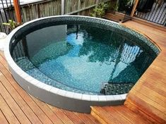 If you like swimming pools, surely you will be interested in these pool designs. There is a swimming pool that is modern but simple. And there is also a luxurious and beautiful swimming pool. Small Swimming Pools, Small Backyard Pools, Small Pools, Swimming Pool Designs, Small Backyards, Pool Spa, Diy Pool, Ideas Terraza, Pool Shapes