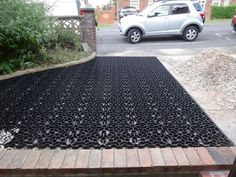 How to Lay Plastic Grids for Gravel Driveways – Gravel drive Pebble Driveway, Permeable Driveway, Driveway Edging, Diy Driveway, Stone Driveway, Gravel Driveway, Concrete Driveways, Grass Pavers, Cheap Driveway Ideas