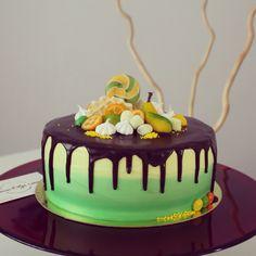 Яркий солнечно-летный тортик!  Состав: шоколадный влажный бисквит, пропитан шоколадом, крем-чиз.  Украшен торт в стиле градиент от желтого к нежно-зеленому. Шоколадная глазурь и детские сладости. Автор Instagram.com/uzyaolga