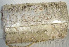 Carteira nellfernandes  pequena em renda francesa bordada sobre tecido francês metálico dourado.