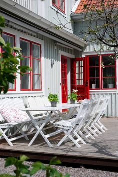 Idyllisk trädgård i Vaxholm Outdoor Rooms, Outdoor Gardens, Outdoor Living, Outdoor Furniture Sets, Outdoor Decor, Porches, Home Focus, Nordic Home, White Houses