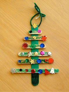 Рождественская елочка, которую легко сделать с помощью палочек для мороженого, цветных карандашей и разнообразных пайеток и бисера от старых украшений или одежды.