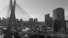 São Paulo vista de cima. Se não existe amor, sou errada em concordar. Pois, o amor que eu carrego no peito foi comigo até este lugar!  #DeUnsDiasAtrás #GloboTvSp #PonteEstaiada #MinhaFotoFavorita #PraticandoMinhasPaixões #SãoPaulo #PeB