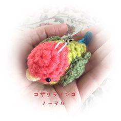 『動物ハンドメイド2016』☘小鳥 編みぐるみ ストラップ☘コザクラインコ★サイズ:縦 約4cm 全長 約6cm★鮮やかな配色が愛らしい小桜ちゃん♡★手の中にすっぽり入りますよ。思わず頰ずりしたくなっちゃう可愛さです♪☆ストラップを外して置き型でインテリアにもご利用頂けます♡☘他のインコちゃん・鳥さんも出品しています。よろしければギャラリーをご覧ください(୨୧ ❛︎ᴗ❛︎)✧︎****中型インコ 小鳥 ことり バード bird 小桜インコ いんこ 幸せ 幸運 開運 青い鳥 セキセイインコグッズ オカメインコ ヒヨコ ひよこ ぬいぐるみ 編みぐるみ マスコット スマホ iphon 携帯 アクセサリー ストラップ キーホルダー チャーム 置物 置き型 小物 インテリア にぎにぎ ベビー 手作り 手編み オーダー ハンドメイド 干支 酉年 アイテム