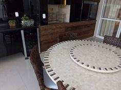 Varanda Gourmet | Painel em madeira de demolição | Churrasqueira integrada | Mesa mosaico de mármore | marcelasantiago.com.br