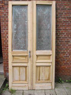 binnendeuren dubbel250,5hx132,5br Set dubbele deuren, geëtst glas met vaas  Afmetingen 250,5 cm hoog x 132,5 cm breed x 4,2 cm dik. Set dubbele deuren met geëtst glas (afbeelding van vaas). De deur moet op moet enkele plaatsen worden opgemaakt (bij sluitplaat en stukje in sierlat). Glas is volledig in tact (nog wat verfstrepen). De deuren zijn van de oude verflagen ontdaan (nog een beetje nat op foto van loogbad). Foto's voor- en achterzijde.