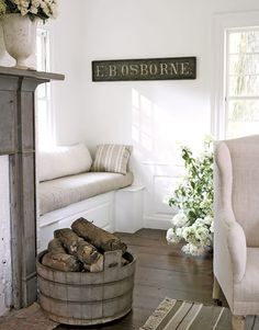 Living Room Window Seat - Design photos, ideas and inspiration. Amazing gallery of interior design and decorating ideas of Living Room Window Seat in bedrooms, living rooms, bathrooms by elite interior designers. Cottage Living Rooms, Home And Living, Living Spaces, Estilo Joanna Gaines, Cottage Shabby Chic, Cottage Style, Cottage Farmhouse, Coastal Cottage, Farmhouse Style