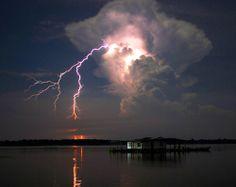 """A região do Lago Maracaibo (Venezuela) testemunha há pelo menos cinco séculos um fenômeno atmosférico que cria uma """"tempestade eterna""""."""