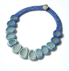 Crochet necklace ~ Not a tutorial, and it's in another lanquage, but thought I'd like to try something like this sometime.