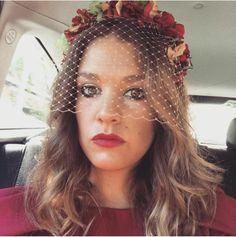 Diadema de flores preservadas con redecilla. Headdress, Red Carpet, Crown, Hair, Halloween, Google, Fitness, Dresses, Fashion