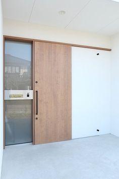 採光に優れ風通しの良いフラットハウス・間取り(福岡県豊前市) | 注文住宅なら建築設計事務所 フリーダムアーキテクツデザイン Up House, House Doors, House Entrance, Entrance Doors, Arched Doors, Windows And Doors, Door Design, House Design, Japanese Style House