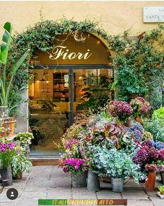 Floral Shop in Milan, Italy Florist Shop Interior, Flower Market, Flower Shops, Italian Flowers, Flower Shop Interiors, Vitrine Design, Flower Shop Design, Boutique Decor, Flower Stands