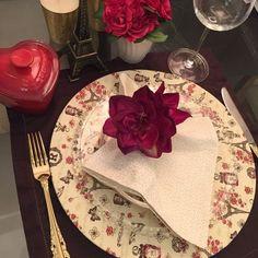 Capa de sousplat 100% algodão com estampa em temas de Paris nas cores marfim, bordô e marrom escuro Napkins, Tableware, Paris Theme, Dark Brown, Ivory, Capes, Block Prints, Dinnerware, Towels