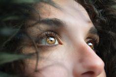 Het oog is de lamp van het lichaam. Als je oog helder is, is je hele lichaam verlicht. Maar als het troebel is, verkeert je lichaam in duisternis. Let dus op of het licht dat in je is, niet verduisterd is. Lukas 11:34-36 - Luke