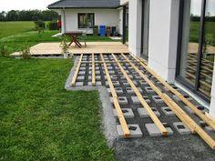 String Lights Outdoor Porch - New ideas Backyard Patio Designs, Diy Patio, Backyard Landscaping, Pallet Patio Decks, Dyi Pool, Low Deck Designs, Cement Patio, Flagstone Patio, Budget Patio
