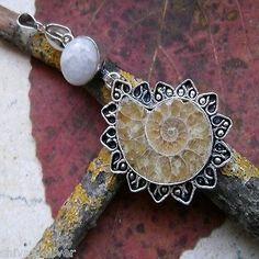 Anhänger mit Ammonit Fossil und Mondstein, Silber plattiert