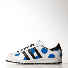 The well-travelled style of the Superstar has circled the globe for decades, first as a basketball shoe, then as a hip hop and street fashion icon. Cult designer Jeremy Scott brings his brand of pop culture to the timeless adidas sneaker. His interpretation adds oversize spots to the leather upper, plus a rich leather shell toe and an aggressive sawtooth outsole.